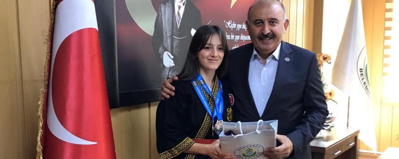 Selin Kararmış Belediye Başkanımız Vedat Öztürk' ü makamında ziyaret etti.