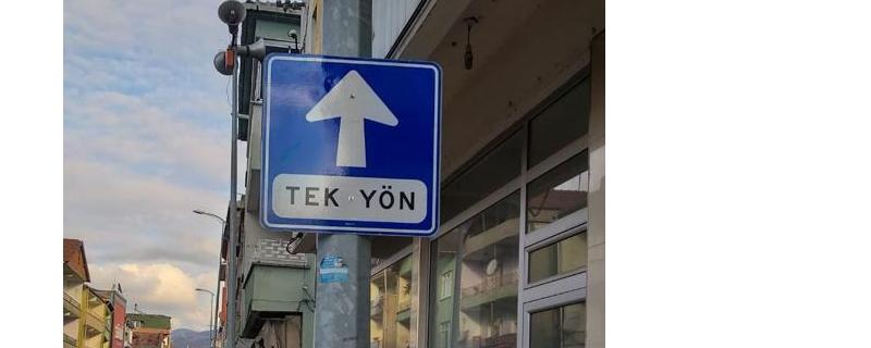 TRAFİK İŞARET  LEVHALARI CADDEYE TAKILDI