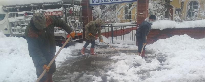 Karla mücadele çalışmaları sabahın erken saatlerinden itibaren devam ediyor