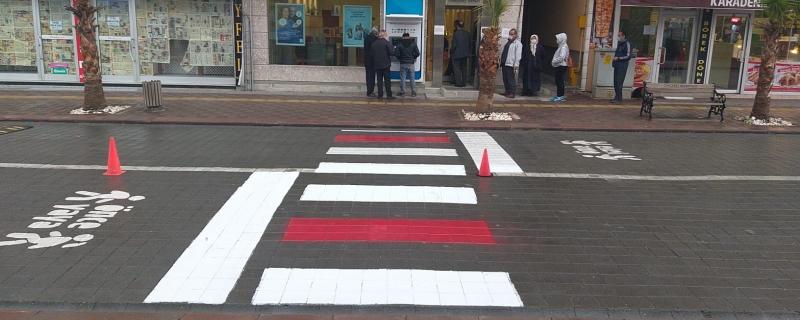 Zabıta ekiplerimiz kırmızı yaya çizgisi çizdi