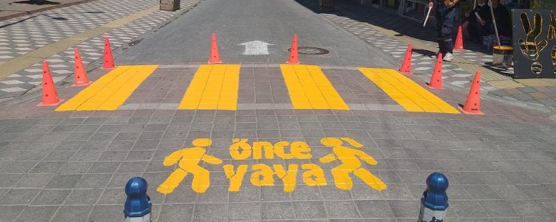 Trafik ve yaya güvenliği için yaya çizgileri yenileniyor