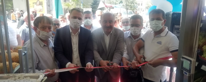 Başkanımız Öztürk Yörem Marketin  açılış kurdelasını kesti