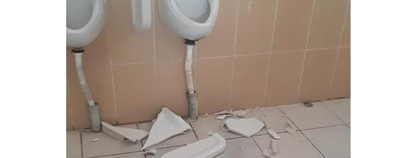 Belediye Tuvaletlerine Zarar Verdiler